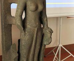 Người dân vớt được tượng nữ thần Saraswati dưới sông Cổ Chiên