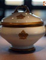 Bộ đồ sứ ngoại dát vàng của vua nhà Nguyễn