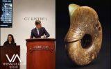 """Miếng ngọc """"Lợn-Rồng"""" ước tính 5.000 đô la Mỹ của Trung Quốc được bán với giá 2,295 triệu đô la Mỹ tại buổi đấu giá ở New York"""
