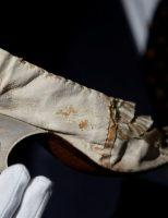 Giày cổ của 'nữ hoàng thị phi' đấu giá chục nghìn đô